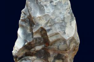 Biface du niveau acheuléen, datant d'au moins 300 000 ans.
