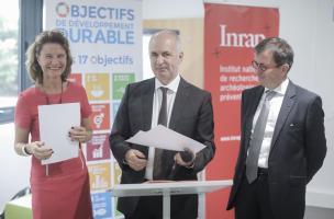 Laurence Monnoyer-Smith, commissaire générale au développement durable, Dominique Garcia, président de l'Inrap et Daniel Guérin, directeur général