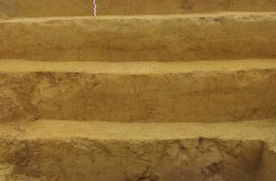 Vue des six premiers mètres de sédiment au nord du gisement. A la base, les sols humifères gris du niveau acheuléen datant d'un peu plus de 300 000 ans.