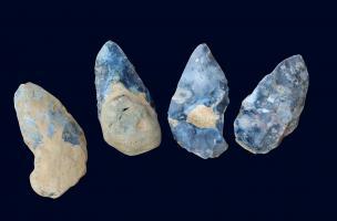 Ensemble de quatre bifaces trouvés dans le niveau acheuléen, datant d'au moins 300 000 ans.