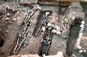 Tombes « anthropomorphes » creusées dans la terre, fin du XIIe siècle et première moitié du XIIIe siècle