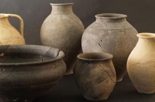 Vaisselle en usage au IIe et au Ier siècle avant notre ère, retrouvée brisée au fond de puits.