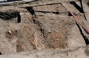 Vue des vestiges archéologiques matérialisés par la présence de fragments de céramiques et d'amphores