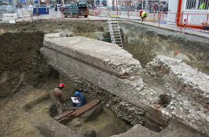 Vue générale de la face externe du rempart antique depuis le nord-ouest