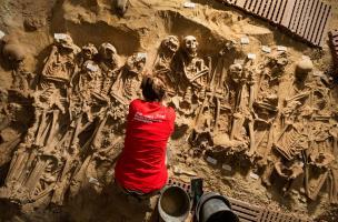 Vue zénithale de la grande fosse commune (salle 2) qui comprend plus de 150 individus.