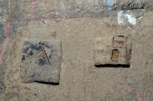 Deux fosses livrant des vestiges de la Seconde Guerre mondiale.