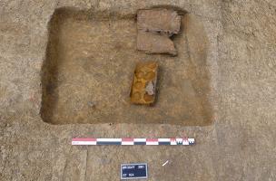 Fosse de la Seconde Guerre mondiale contenant des caisses à munitions vides.