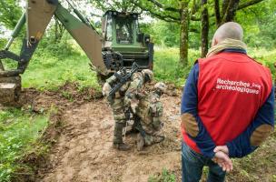 Exercice de recherche de corps sous la conduite de Patrice Georges, archéologue à l'Inrap
