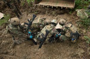 Les militaires déterrent un corps factice dans le cadre de leur exercice