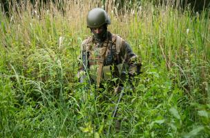 Un soldat de la FOS recherche la zone d'exercice à fouiller
