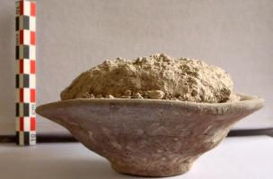 Coupelle servant de bouchon avec résidus du bûcher (Alexandrie)