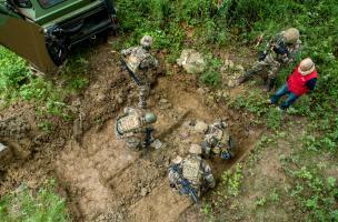 Les militaires dégagent la fosse identifiée