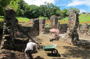 Fouille des entrepôts sur le site du château Dubuc