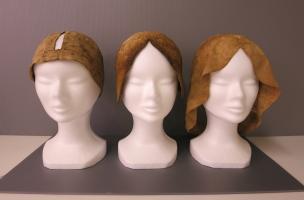 Trois bonnets restaurés ayant appartenu à Louise de Quengo, dont le corps a été découvert dans un cercueil en plomb dans le couvent des Jacobins, Rennes (Ille-et-Vilaine), 2015.