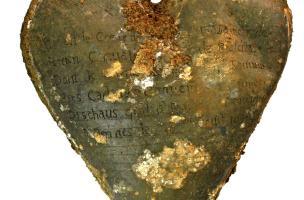 Cœur en plomb retrouvé sur le cercueil de Louise de Quengo, dame de Brefeillac, découvert au couvent des Jacobins à Rennes (Ille-et-Vilaine), 2015. L'identification du corps a été rendue possible grâce aux inscriptions sur le reliquaire en plomb.