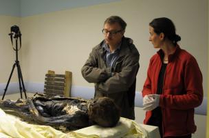 Eric Crubezy (directeur du laboratoire AMIS) et Rozenn Colleter (anthropologue) devant la dépouille de Louise de Quengo mise au jour dans un cercueil en plomb du XVIIe siècle au couvent des Jacobins à Rennes (Ille-et-Vilaine).