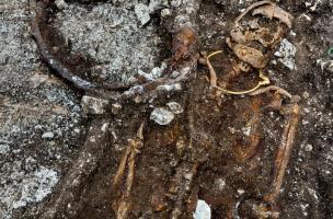 Accompagné de bijoux en or, le prince de Lavau est allongé sur la caisse d'un char dont il subsiste une roue. Il a été retrouvé dans un complexe funéraire daté du Ve s. avant notre ère, à Lavau (Aube) 2015.