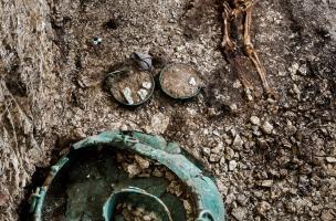 Vue générale d'un dépôt funéraire daté du Ve s. avant notre ère, découvert à Lavau (aube) 2015. Allongé au centre de la tombe, paré de ses bijoux, le personnage repose sur un char et est accompagné de riches vaisselles en bronze, en argent et en céramique