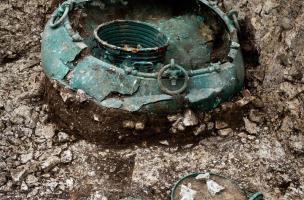 Vaisselle d'importation, comprenant plusieurs récipients en bronze composés d'un grand chaudron, d'une ciste, de bassins et d'une petite cruche à vin, retrouvés dans un complexe funéraire monumental exceptionnel, à Lavau (Aube) en 2015. Ces récipients so