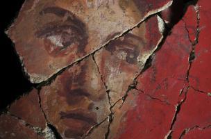Détail d'un visage provenant d'un décor peint de deuxième style pompéien (Ier s. avant notre ère) découvert sur le site de la Verrerie de Trinquetaille à Arles, 2015.  Ce type de décor est comparable à celui du cubiculum 4 de la villa des Mystères à Pompé