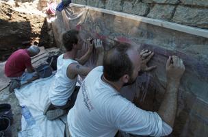 Maison romaine en cours de dégagement, découverte sur le site de la Verrerie de Trinquetaille à Arles (Bouches-du-Rhône).  Les fouilles ont révélé un décor peint de IIe style pompéien, daté en Gaule entre 70 et 20 avant notre ère. Ce type de décor est com