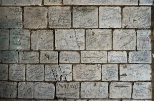 Illustration de la densité d'inscriptions laissées par des soldats de la Grande Guerre dans certaines parties du réseau souterrain, Naours (Somme), 2015.