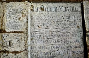 Inscriptions retrouvées dans les grottes souterraines de Naours (Somme).  Ces inscriptions ont été faites à l'occasion de la redécouverte du site en 1886 (le site date du XVe s.) par l'abbé Danicourt et qui servait à guider et à renseigner les visiteurs e