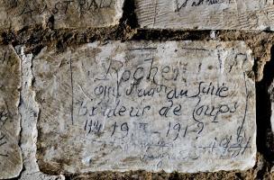 Inscription retrouvée dans la grotte souterraine de Naours (Somme) laissée par des soldats de la Grande Guerre, 2016.  Cette inscription, française appartient à celle d'une compagnie du génie « brûleur de loup » qui s'interroge sur la date de la fin de la