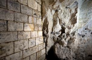 Vue générale d'un mur recouvert d'inscriptions majoritairement australiennes retrouvées dans la grotte souterraine de Naours (Somme) laissées par des soldats de la Grande Guerre, 2016. .