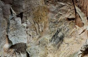 Inscription retrouvée dans la grotte souterraine de Naours (Somme) laissée par des soldats de la Grande Guerre, 2016.  Ils ont exploité le moindre recoin du site pour y laisser traces de leurs passages.