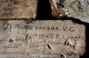 Inscription du soldat britannique de la Grande Guerre Samuel Meekosha, retrouvée dans la grotte souterraine de Naours (Somme) laissée par des soldats de la Grande Guerre, 2016.  Il fut décoré de la Victoria Cross à 22 ans.