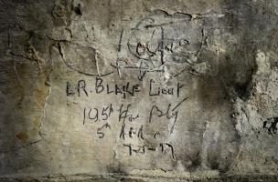 Inscription du lieutenant australien de la Grande Guerre Leslie Russel Blake, retrouvée dans la grotte souterraine de Naours (Somme) laissée par des soldats de la Grande Guerre, 2016. L(eslie) R(ussel) Blake Lieutenant 105e Howizter Battery, 7-1-1917.  I