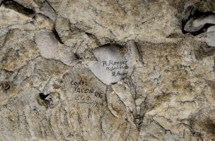 Inscription du soldat australien de la Grande Guerre Rudolph Roeger, retrouvée dans la grotte souterraine de Naours (Somme) laissée par des soldats de la Grande Guerre, 2016.  R(udolph) Roeger, Adelaïde S(outh) Aust(ralia).  Il sera promu caporal en