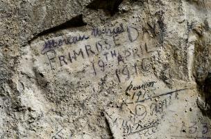 Inscription retrouvée dans la grotte souterraine de Naours (Somme) laissée par des soldats de la Grande Guerre, 2016.  L'inscription qui fait référence à Primrose Day en date du 19 avril 1916 qui célèbre la mort de l'ancien Premier ministre britannique Be