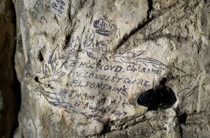 Inscriptions retrouvées dans la grotte souterraine de Naours (Somme) laissée par des soldats de la Grande Guerre, 2016.  Ils s'agit de noms d'officiers et de soldats réalisés le 11 août 1917.