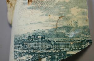 Pichet en faïence fine dont le décor représente une vue de Lyon, daté du début du XXe siècle, découvert dans un dépotoir à Vénissieux (Rhône), 2016.