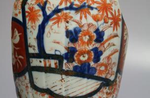 Vase en porcelaine japonais Imari daté du fin du XIXe siècle découvert dans un dépotoir à Vénissieux (Rhône), en 2016