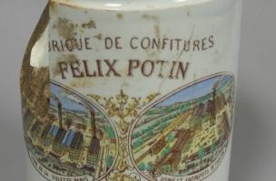 Pot de confiture parisienne en faïence fine daté du début du XXe siècle découvert dans un dépotoir à Vénissieux (Rhône), 2016.