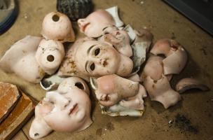 Morceaux de poupées en porcelaine de luxe datées du début du XXe siècle découverts dans un dépotoir à Vénissieux (Rhône), 2016.
