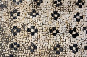 Rangées de croisettes en tesselles noires et blanches provenant d'une des mosaïques antiques découvertes à Uzès (Gard), 2017.