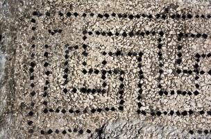 Détail de tesselles disposées en lignes et formant des motifs de svastikas provenant d'une des mosaïques antiques découvertes à Uzès (Gard), 2017.