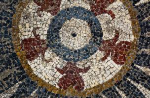 Motif central du pavement mosaïqué antique, composé de boutons floraux rouges découvert à Uzès (Gard), 2017.