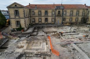 le bâtiment à mosaïque antique, la rue et les habitations, mis au jour à Uzès (Gard), 2017.