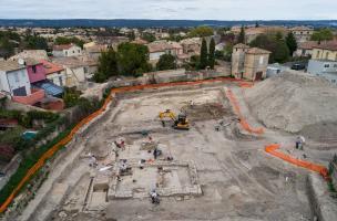 Vue aérienne de la zone 3 en cours de fouille avec au premier plan, un bâtiment daté de l'Antiquité tardive daté du VIe siècle de notre ère, découvert à Uzès (Gard), 2017.