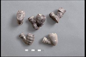 Pipes du XIXe siècle provenant de l'enfouissement d'une caisse complète de têtes de pipe. Fouille du Grand Louvre, 1984-2003.   Cette photo n'est pas à vendre.