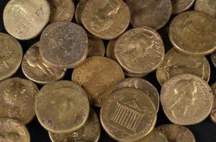Détail de sesterces en bronze du dépôt monétaire des Mesneux (Marne), 2010.  Le dépôt comporte 336 sesterces, tous frappés au IIe s. de notre ère, du règne d'Hadrien jusqu'au début de celui de Septime Sévère. Au centre de l'image on distingue deux pièces