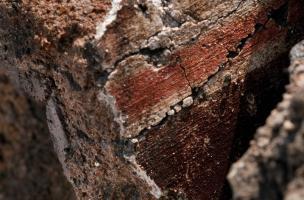 Enduit peint antique recouvrant une tubulure de pièce à hypocauste, fouille du Faubourg d'Arroux,Autun (Saône-et-Loire), 2010.La fouille a révélé un îlot d'habitation antique. Elle a permis d'étudier l'évolution de ce quartier, à la fois lieu d'arti