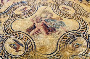 Mosaïque représentant l'histoire de Penthée datée du IIe s. de notre ère. Fouille de l'avenue Jean Jaurès à Nîmes (Gard) en 2006-2007.  Ici un médaillon quadrilobé figurant le meurtre de Penthée par sa mère Agavé.