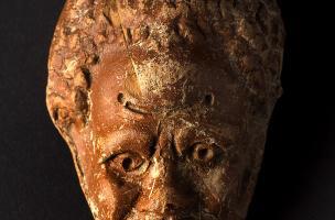 Fragment d'un lustre en terre cuite au faciès de Nubien, IIIe s. de notre ère, découvert au cours de la fouille du sanctuaire voué au culte de Mithra à Angers (Maine-et-Loire), 2010.