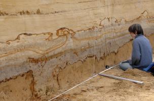 Relevé d'une coupe stratigraphique à Tourville-la-Rivière (Seine-Maritime), 2010.  La stratigraphie du site se compose de nappes d'alluvions qui se sont accumulées entre 350 000 et 130 000 ans avant notre ère.